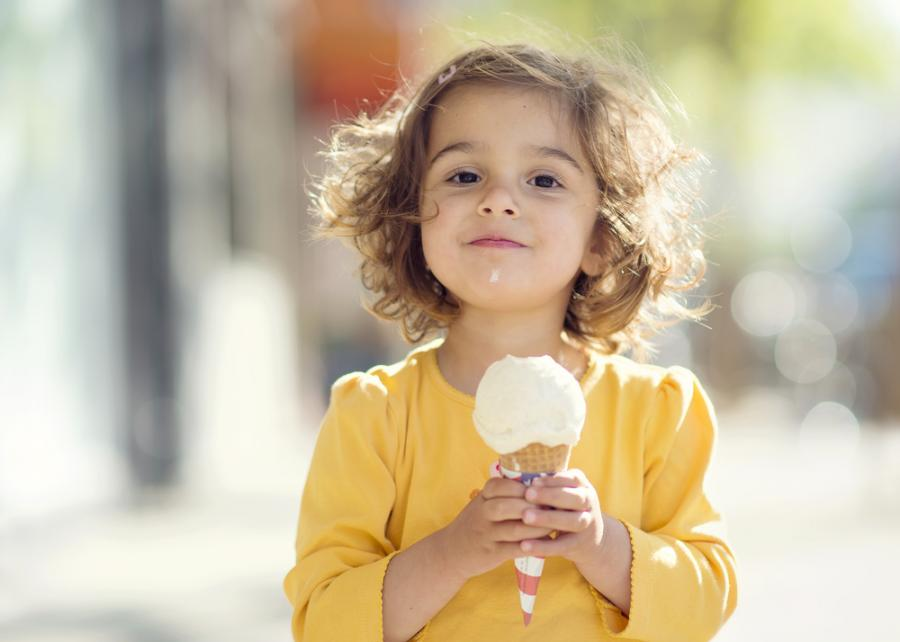 Dziewczynka jedząca lody