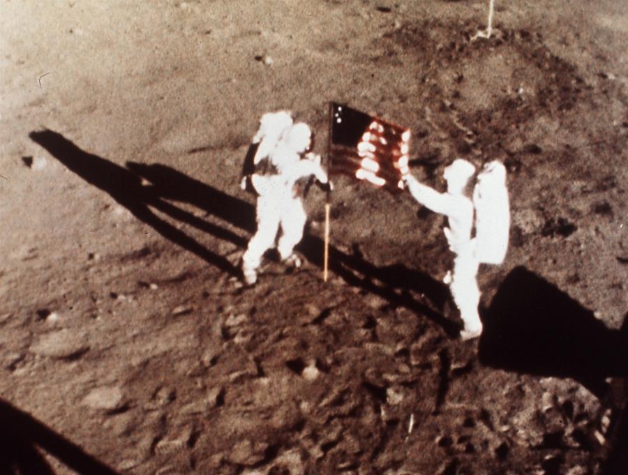 Astronauci misji Apollo 11 na Księżycu i... ich nierówne cienie