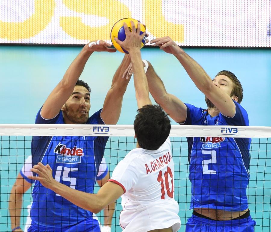 Włosi Emanuele Birarelli (L) i Jiri Kovar (P) walcza na siatce z Amirem Ghafour (C) z Iranu podczas meczu grupy D mistrzostw świata w siatkówce