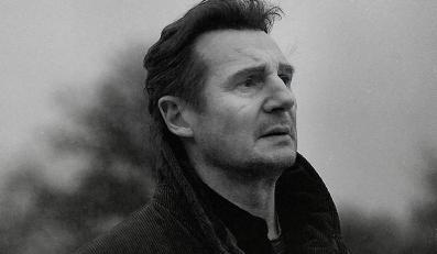 """Liam Neeson w filmie """"Krocząc wśród cieni"""""""