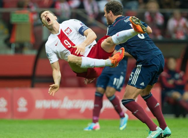 Lewandowski ma dziurę w nodze. Polak ma szczęście, że Greer nie złamał mu nogi