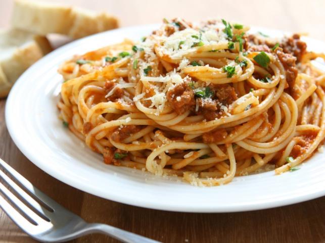SPAGHETTI BOLOGNESE Składniki: • Międzybrodzki Makaron spaghetti – 500 g • Mięso mielone wołowo-wieprzowe – 500 g •Bulion mięsny – 2 szklanki •Cebula – 2 szt. • Marchew – 1 szt. • Seler naciowy – 1 szt. •Przecier pomidorowy – 2 łyżki • Śmietanka – ½ szklanki •Czerwone półwytrawne wino – 2 szklanki • Oliwa • Oregano • Sól, pieprz