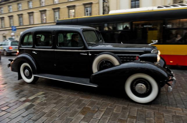 Odrestaurowany pojazd Cadillac 355D, sprowadzony do Polski w 1935 roku dla Marszałka Józefa Piłsudskiego, podczas przejazdu Traktem Królewskim w Warszawie