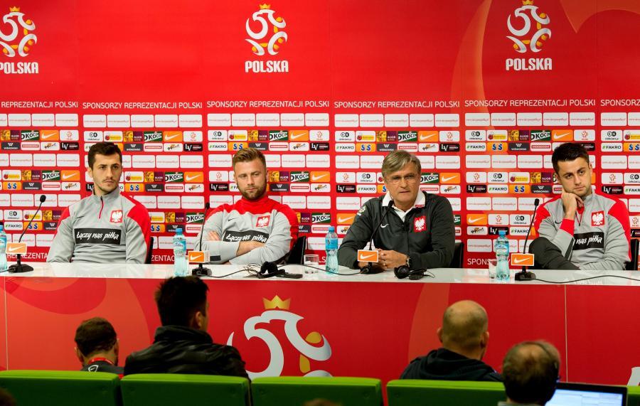 Trener piłkarskiej reprezentacji Polski Adam Nawałka (2,P) wraz z bramkarzami Łukaszem Fabiańskim (P) i Arturem Borucem (2,L) oraz pomocnikiem Tomaszem Jodłowcem (L) podczas konferencji prasowej we Wrocławiu