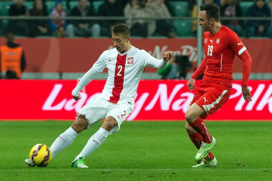 Do strzału składa się gracz reprezentacji Polski Thiago Cionek (L) przed Szwajcarem Josipem Drmicem (P) w towarzyskim meczu piłkarskim we Wrocławiu