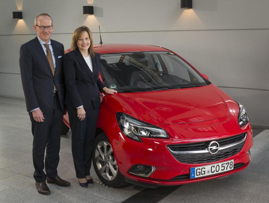 Mary Barra, dyrektor generalny GM i Karl-Thomas Neumann, dyrektor generalny Grupy Opel przed nową corsą - piąta generacja tego auta sprzedaje się na pniu. Szefowa GM ogłosiła produkcję nowego modelu SUV w Rüsselsheim.