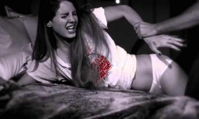 Gwałcona Lana Del Rey, Manson strzelający do ludzi [ZDJĘCIA]