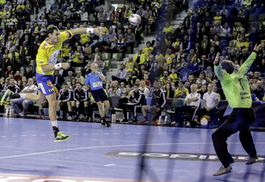 Rzut karny wykonuje Krzysztof Lijewski (L) z miejscowego Vive Tauronu na bramkę Nikoli Portnera (P) z Kadetten Schaffhausen w meczu Ligi Mistrzów piłkarzy ręcznych w Kielcach