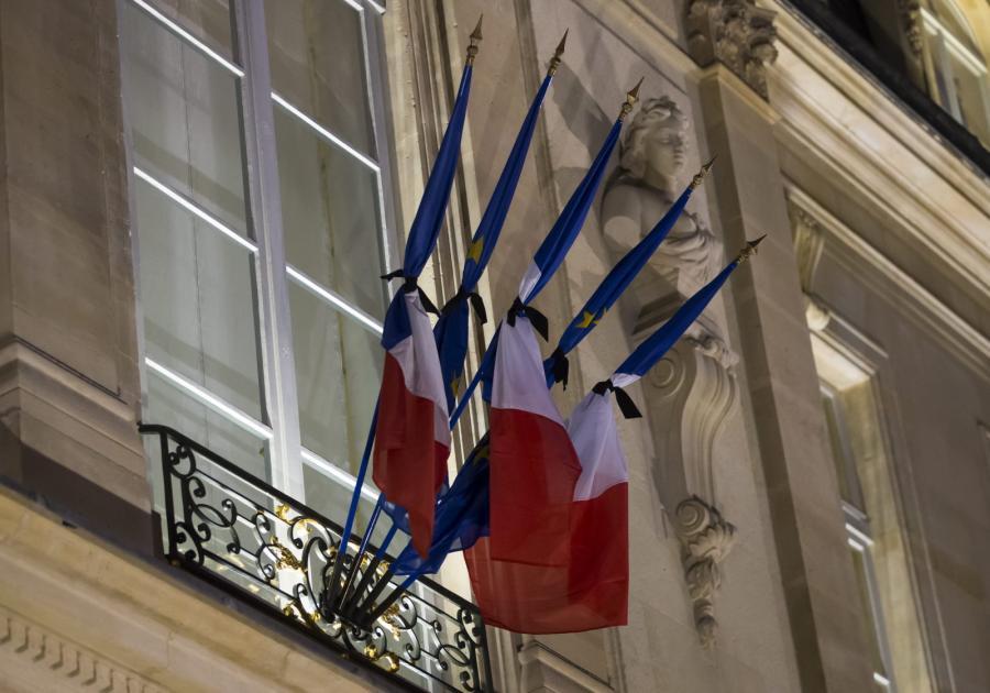Francuskie flagi przepasane kirem