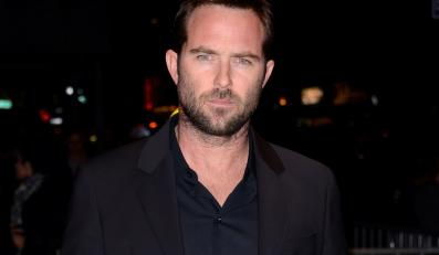"Sullivan Stapleton zagra w ""The Lake"" Luca Bessona"