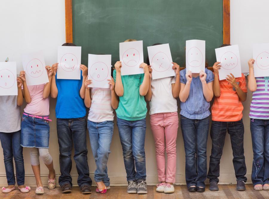 Dzieci w szkole przed tablicą
