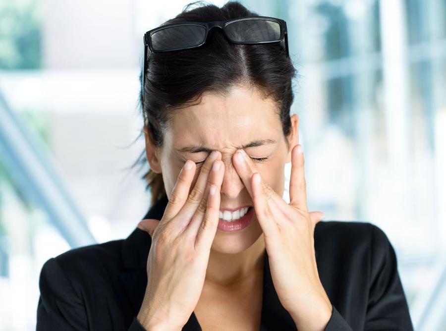 Kobieta przeciera oczy
