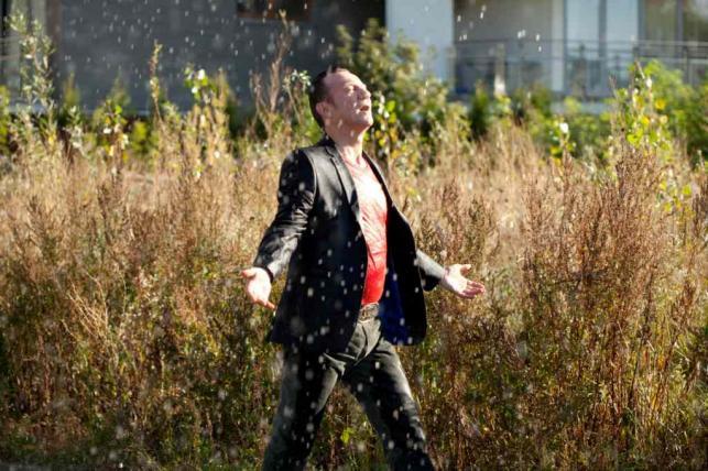 "Robert Więckiewicz w filmie ""Król życia"" (fot. Albert Zawada)"