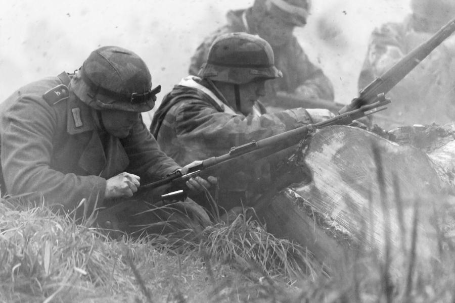 Grupa rekonstrukcyjna. Niemieccy żołnierze z czasów II wojny światowej