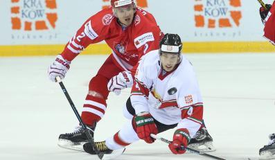 Gracz reprezentacji Polski Maciej Kruczek (L) i Węgier Balazs Sebok (P) podczas meczu hokejowych mistrzostw świata dywizji 1A w Krakowie