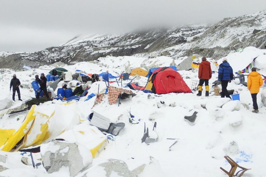 Zniszczona baza w drodze na Mount Everest