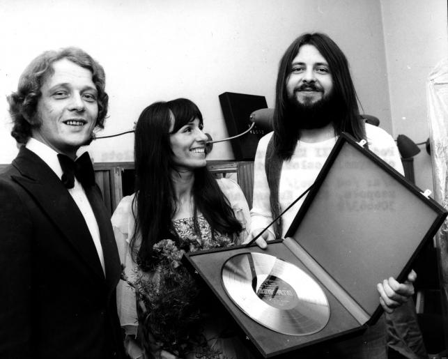 """Zespół """"Breakout"""" ze swoją Złotą Płytą w 1974 roku: Józef Hajdasz, Mira Kubasińska i Tadeusz Nalepa"""