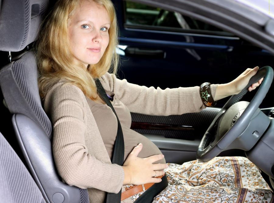 Kobieta w ciąży w samochodzie