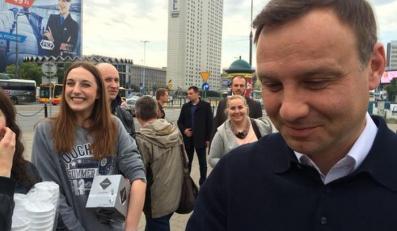 Andrzej Duda rozdaje kawę przechodniom