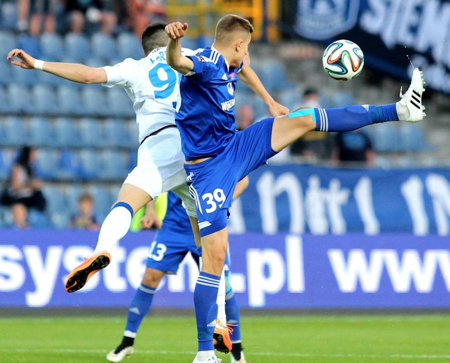 Michał Helik (P) z miejscowego Ruchu i Josip Barisić (L) z Zawiszy Bydgoszcz w meczu grupy spadkowej T-Mobile Ekstraklasy w Chorzowie