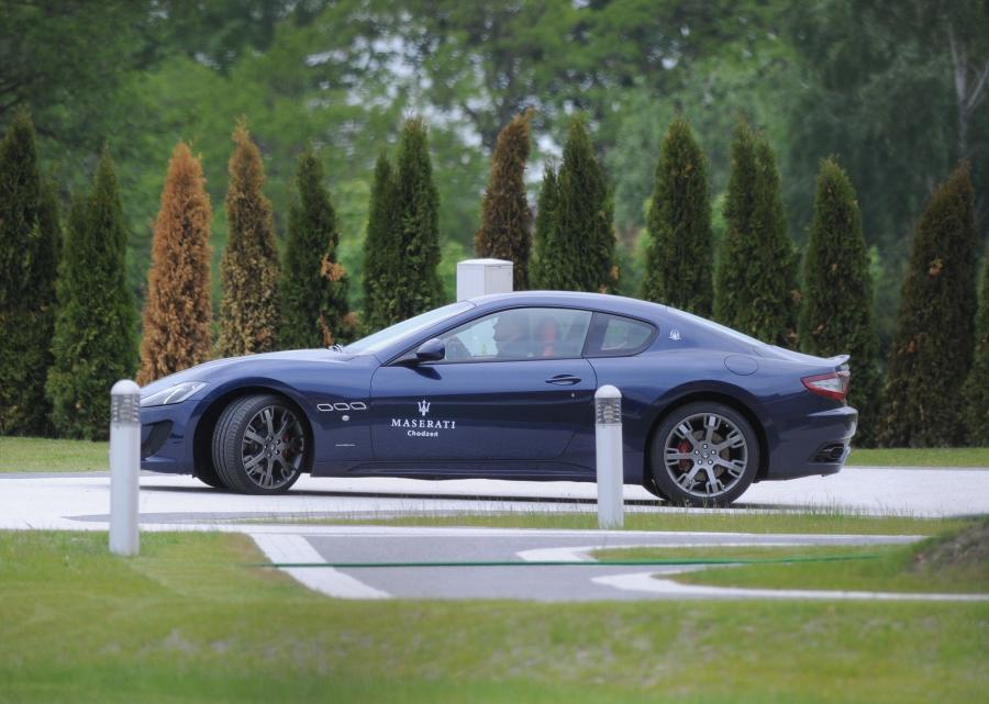 Robert Lewandowski i Maserati GranTurismo Sport w posiadłości na Mazurach
