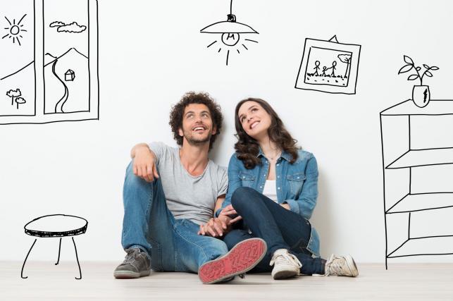 Para na tle narysowanych na ścianie sprzętów domowych