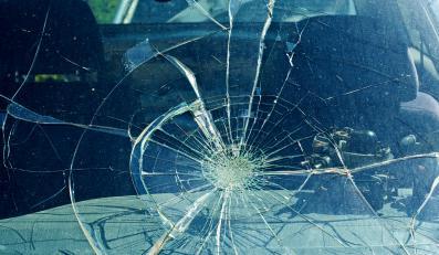 Zbita szyba samochodu (zdj. ilustracyjne)