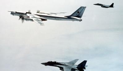 Tu-95 eskortowany przez samoloty myśliwskie F-14 i F-15