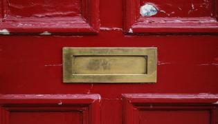 Otwór na listy w drzwiach