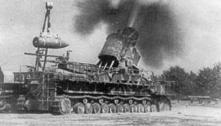 Powstanie Warszawskie. Ciężki moździerz Gerät 040 Karl-Mörser ostrzeliwuje stolicę (fot. http://www.powstanie-warszawskie-1944.ac.pl/karl.htm)