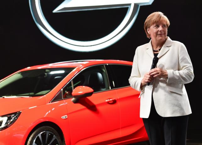 Angela Merkel i opel astra