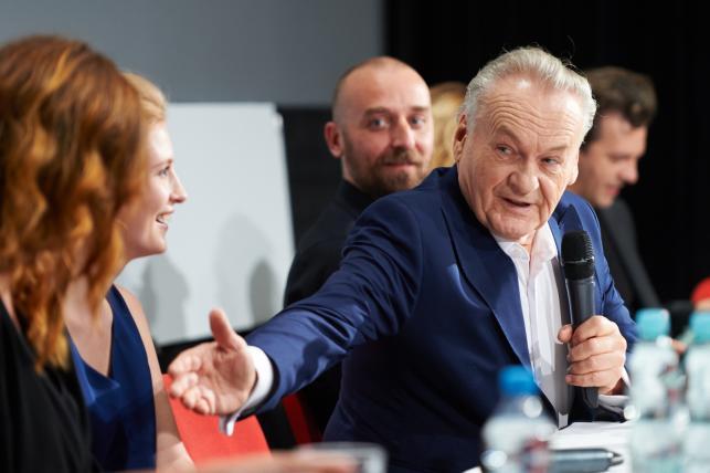 Jerzy Skolimowski oraz aktorzy Paulina Chapko i Wojciech Mecwaldowski podczas spotkania z dziennikarzami