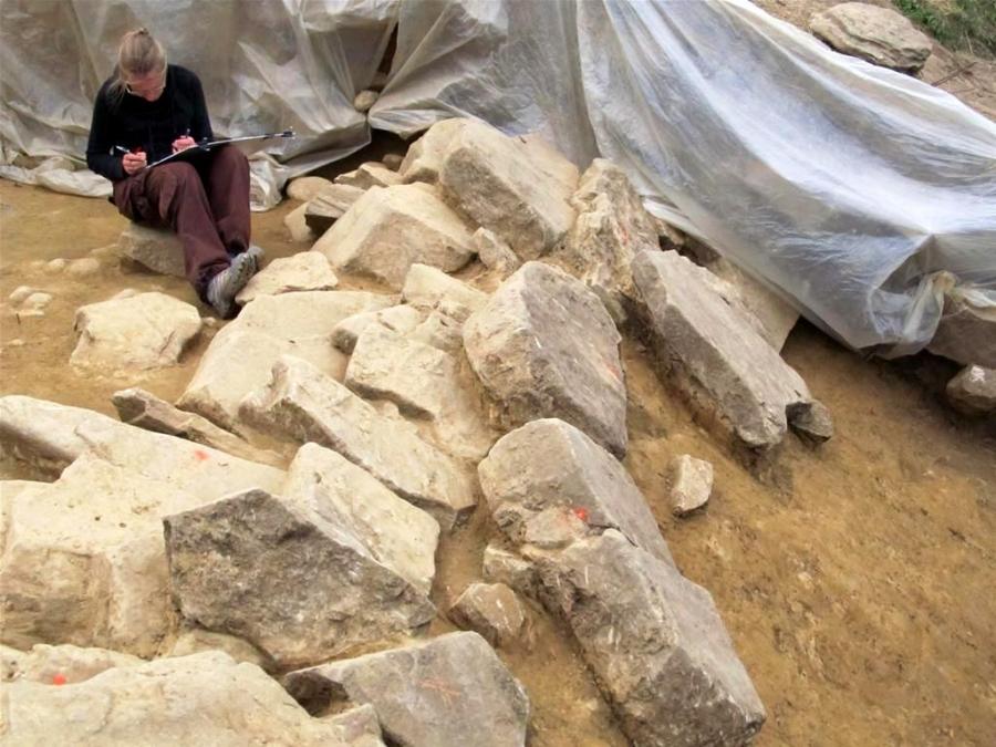 Archeolog przy pracy. Dokumentacja bloków kamiennych tworzących lico muru (fot. M. Przybyła)