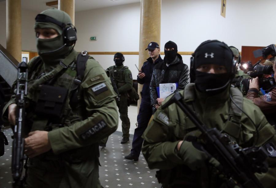 Oskarżony Igor M. ps. Patyk wyprowadzany z sali rozpraw w Sądzie Okręgowym w Warszawie
