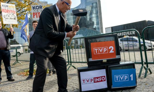 Protest przeciw debacie. Korwin-Mikke rozbijał telewizory. ZDJĘCIA
