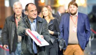 Lider ruchu Kukiz'15 Paweł Kukiz w drodze do studia Telewizji Polskiej