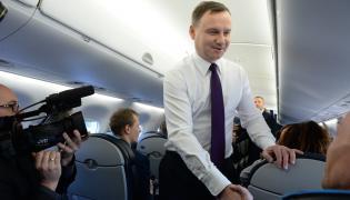 Prezydent RP Andrzej Duda wita się z dziennikarzami na pokładzie samolotu, przed wylotem z Warszawy do Watykanu