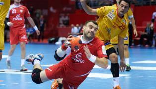 Gracz reprezentacji Polski Bartosz Jurecki (C) i Hiszpan Aitor Arino (P) w finałowym meczu towarzyskiego turnieju piłki ręcznej w Gdańsku