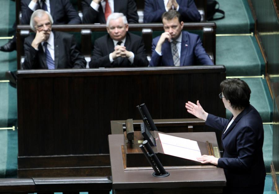 Była premier Ewa Kopacz. W tle politycy PiS, od lewej: Ryszard Terlecki, Jarosław Kaczyński, kandydat na ministra spraw wewnętrznych i administracji, poseł Mariusz Błaszczak