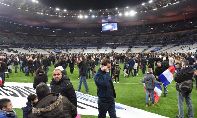 Zamachy terrorystyczne w Paryżu. Kibice bali się opuszczać Stade de France. ZDJĘCIA