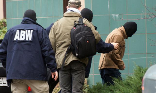 Polak walczący dla ISIS przewieziony do łódzkiej prokuratury. Usłyszał zarzut. ZDJĘCIA