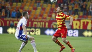 Zawodnik Jagiellonii Białystok Piotr Tomasik (P) walczy o piłkę z Mateuszem Słodowym (L) z Górnika Zabrze
