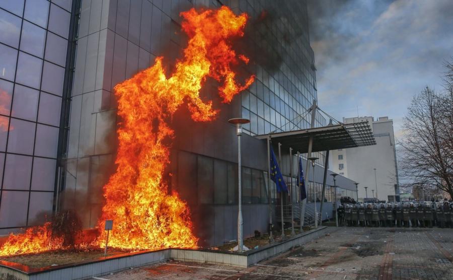 Gmach parlamentu w Prisztinie stanął w płomieniach