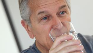 Mężczyzna pije wodę