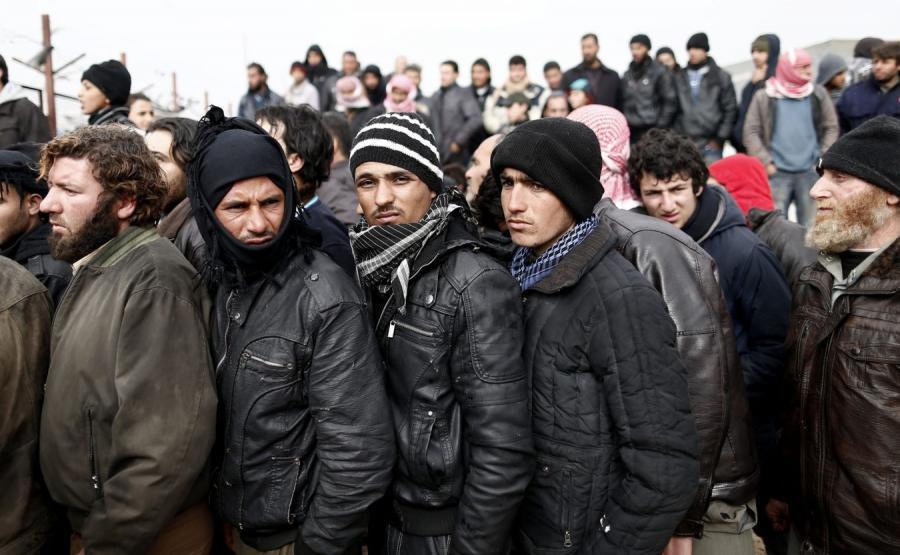 Syryjscy uciekinierzy w rejonie granicznego miasta Bab al-Salam