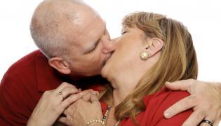 Pocałunek dojrzałej pary
