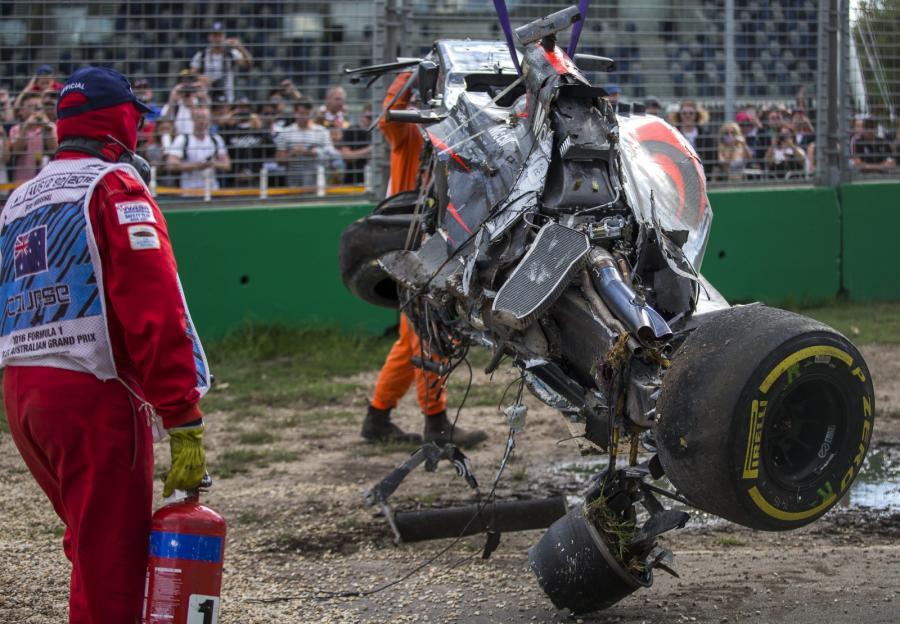Tego nie da się wyklepać. Z bolidu Fernando Alonso zostały tylko szczątki