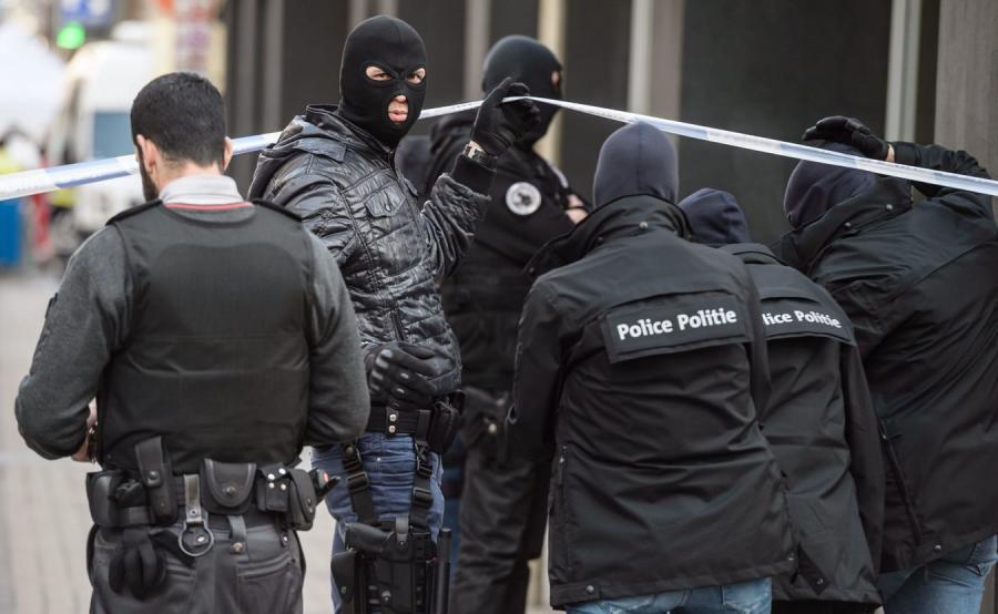 Belgijscy policjanci w brukselskiej dzielnicy Maelbeek