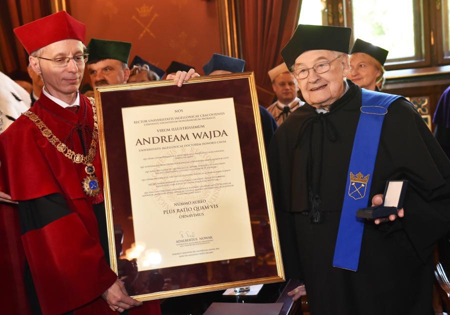 Prorektor Stanisław Kistryn wręcza Andrzejowi Wajdzie pamiątkowy dyplom