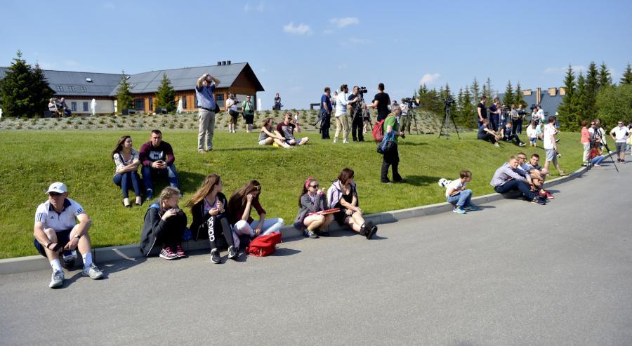 Kibice i dziennikarze oczekują na przylot zawodników do ośrodka wypoczynkowego w Arłamowie